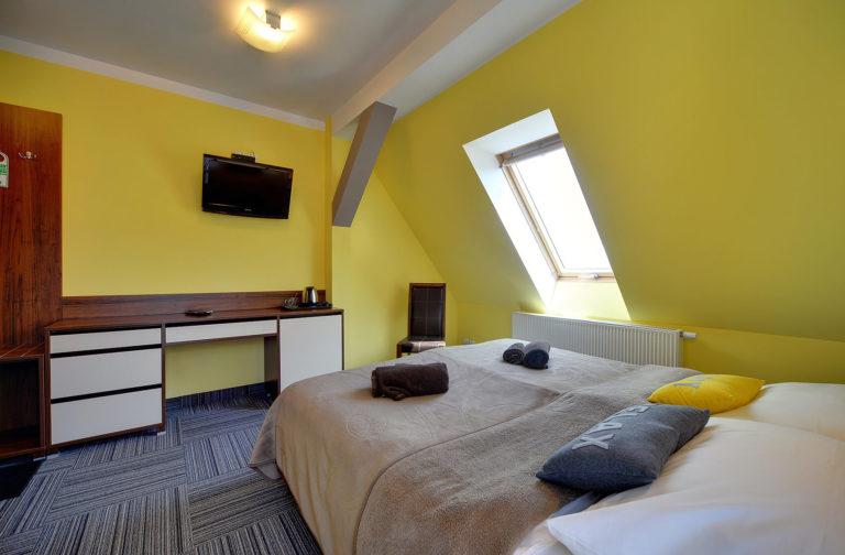 pokoj-2-osoby-z-balkonem-na-poddaszu3
